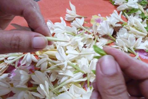 Luhování květů tiaré v kokosovém oleji